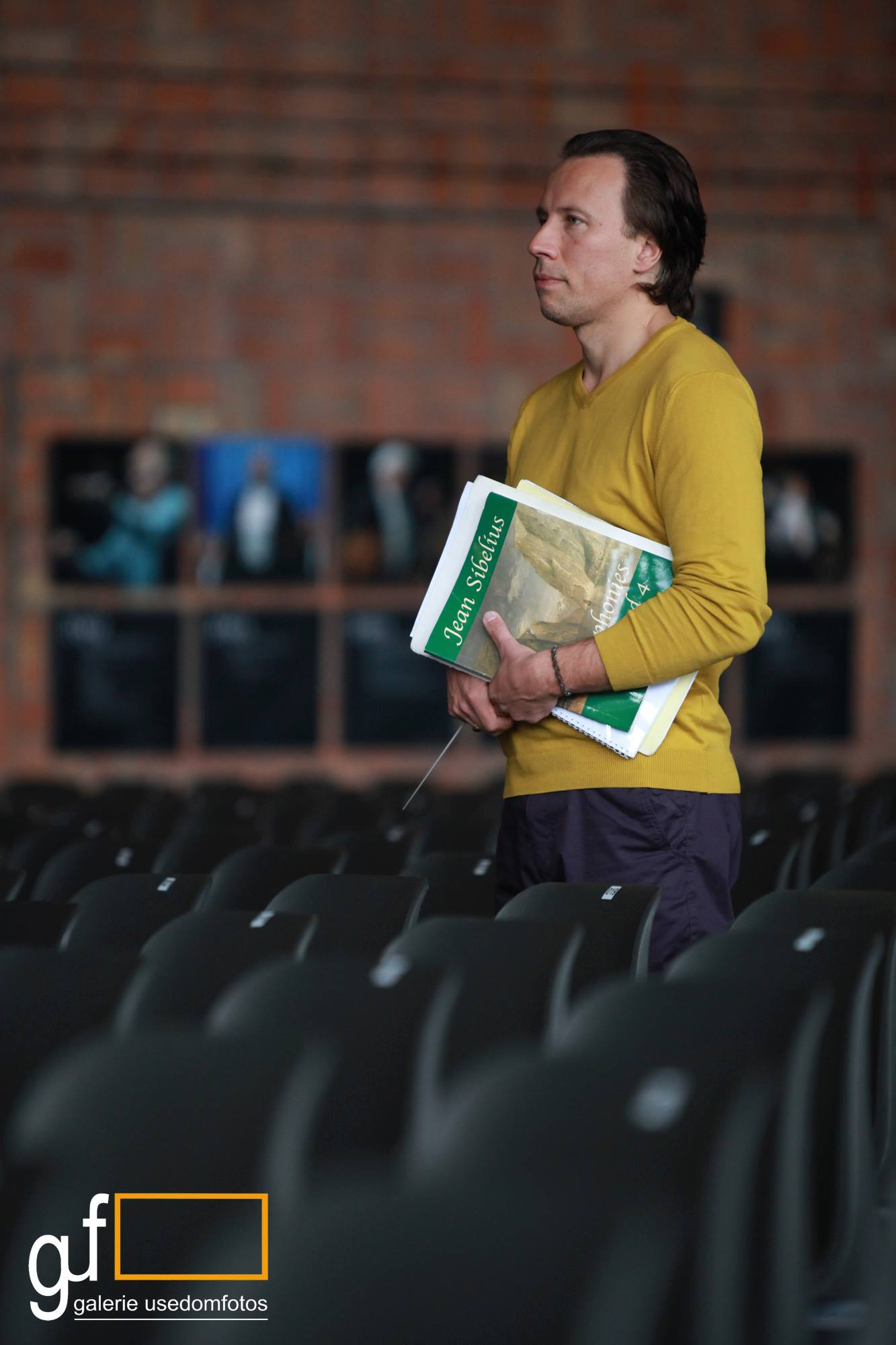 Kristjan Järvi voll konzentriert kurz vor der Probe